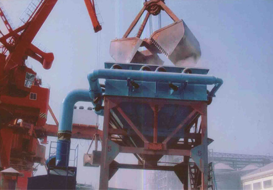 港口卸船时飞扬的粉尘被布袋除尘器吸入过滤